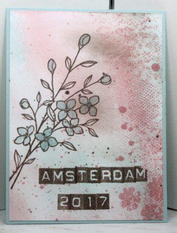"""Heute zeige ich Dir meine Swaps aus Amsterdam, die ich für das OneStage Treffen gemacht habe. Die kleineren Kärtchen haben eine Größe von 3 Inch x 4 Inch, die anderen sind in """"Normaler"""" Karten Größe. Und so habe ich die Karten gemacht: Kleine Karte: Als Erstes habe ich den Hintergrund mit Stempelfarben und einen Schwämmchen eingefärbt. Als Stempel habe ich Touches of Textures genommen. Mit dem Pinselstift Wink of Stella in klar habe ich die Blüten koloriert und ein paar Kleckse gemacht. Den Text habe ich mit den Stempeln Label Alphabet gestempelt. Große Karte: Hier habe ich als Erstes eine Thinlits Form aus dem Set """"Wunderbar verwickelt"""" und ein paar Blüten ausgenudelt und dann auf Seidenglanzpapier geklebt. Auf einen Acrylblock habe ich etwas Nachfülltinte gegeben und mit dem Pinselstift Wink of Stella in klar aufgenommen. Dann einfach über die Karte """"gepinselt"""". Auch hier habe ich den Text mit dem Label Alphabet gestempelt. Mit dem Pinselstift Wink of Stella kann man ganz toll kolorieren und hat dadurch, dass der Stift glitzert, einen tollen Effekt. Meine Swaps aus Amsterdam"""